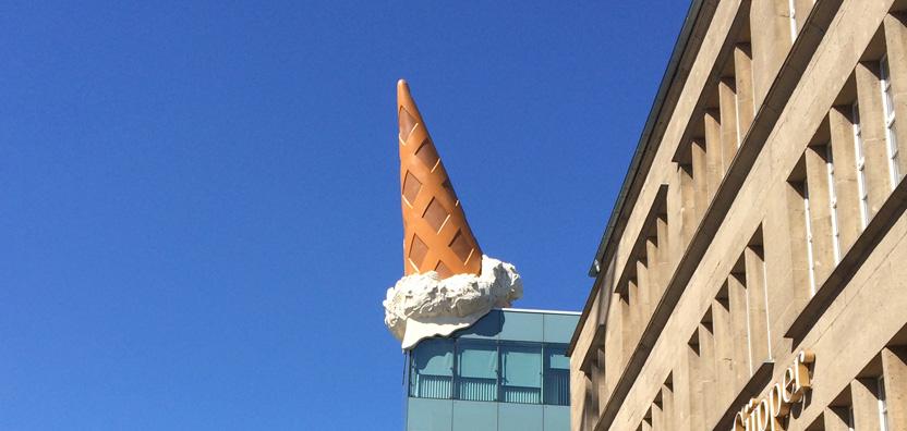 Das ist die Eistüte auf dem Dach der Neumarkt-Galerie in Köln.